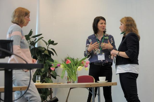 Constanze Roth im Gespräch mit Teilnehmerinnen