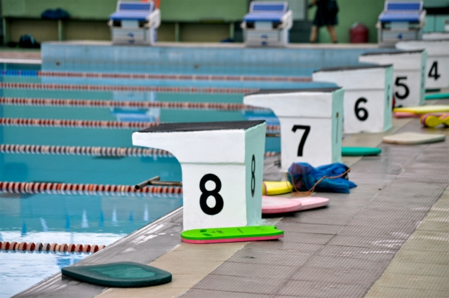 Startblöcke im Schwimmbad